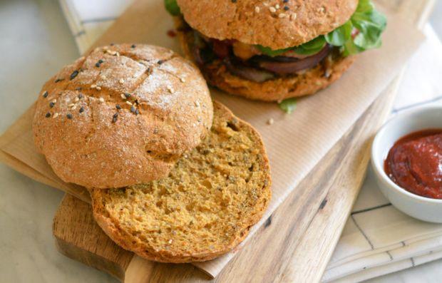 Хлеб для домашних бургеров   Классный вариант веганского хлеба для бургеров идеально подойдет тем, кто любит адаптировать рецепты под себя и свой рацион питания. Такой хлеб отлично вписывается в концепцию здорового питания.  Ингредиенты:  Мука цельнозерновая 180 г Разрыхлитель 1/2 пакетика Вода 2 ст. л. Семена чиа 2 ст. л. Пюре из батата 200 г Соль 1/2 ч. л. Кунжут по вкусу  Способ приготовления:  Заранее сделать пюре из батата. Для этого батат приготовить на пару, не очищая. Далее дать…