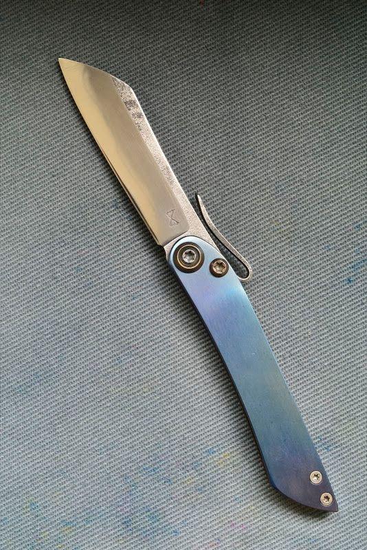 115w8 6.2 cm de tranchant, 10 cm de long à la lentille fermée. Lentille traitée ressort pour servir de clip, ligne de trempe sauvage, titane grade 5 pour la fausse pièce et les platines. - Cardoso