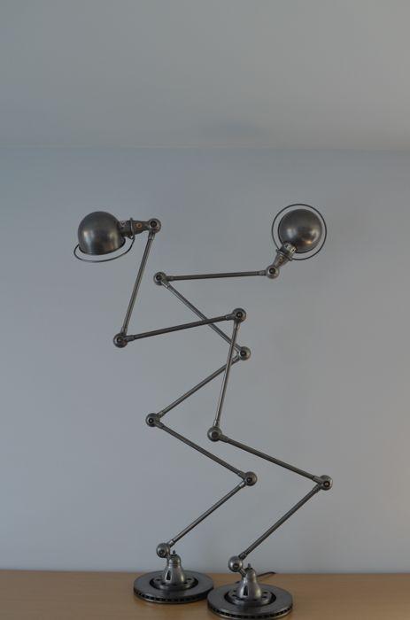 Jean-Louis Domecq voor Jieldé - 2 identieke exclusieve 5-arm vloer lampen  1950 Frankrijk (Lyon)2 x 100% identiek vloer lampen.Deze prachtig gerestaureerde set van vloer lampen werd ontworpen door de Franse ingenieur Jean-Louis Domecq in opdracht van Jielde. Deze lampen waren het voornamelijk gebruikt in workshops als werk lampen. Wat de Jieldé-lamp zo uniek maakt is het scharnier punt. Losse kabels gebruiken meestal losse lussen die veroorzaakt wrijving en na verloop van tijd veroorzaakt…