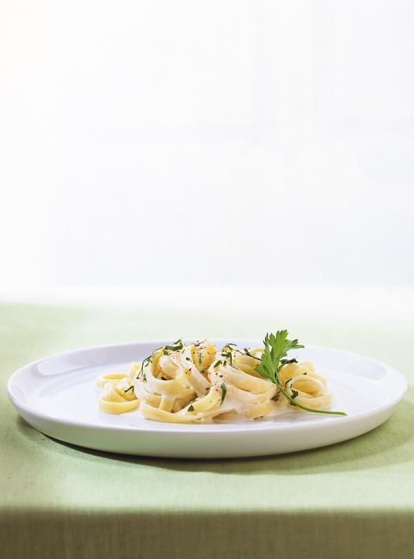 Recette de pâtes alimentaires avec une sauce Alfredo. Une recette simple à préparer. Une recette santé et rapide.