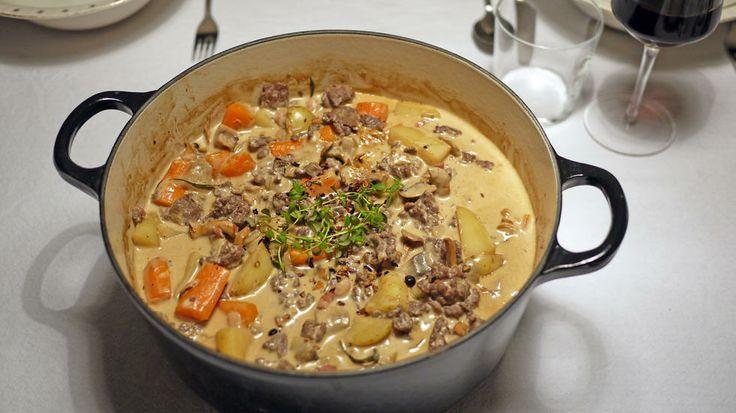 Høstens beste gryte: Klassisk finnbiff med en vri - Finnbiff kan varieres i det uendelige, men den mest klassiske varianten er med reinskav. Det går også an å bruke andre typer viltkjøtt, men det frosne reinskavet man får på dagligvarebutikken er både økonomisk og veldig god.   Denne retten kom ofte på bordet i barndommen i en oransje Le Creuset-jerngryte, og jeg husker det som en av favorittmaten. Denne oppskriften er en litt «pimpet» versjon av en klassisk finnbiff, og for enke…