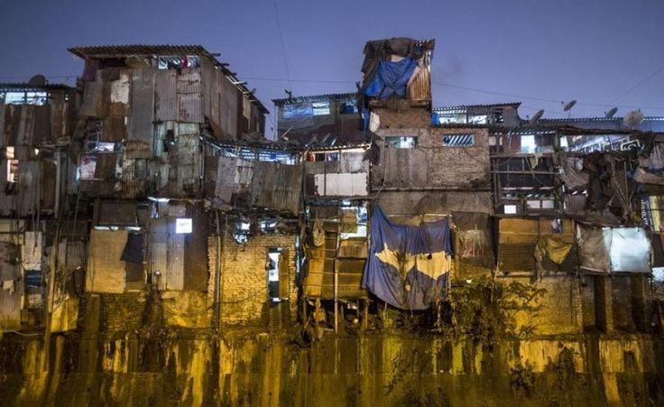 'Le bidonville de Dharavi, celui que l'on peut voir dans le film Slumdog Millionaire, est le plus grand en Asie. Prix au mètre carré : environ 0,04 euros. Pour un appartement de 9,29m², le loyer varie entre 0,37 euros et 0,46 euros. Près d'un million de personnes vivent entassées sur plus de 200 hectares à Dharavi.