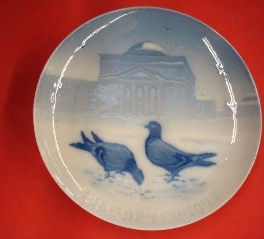 1921 Bing u0026 Grondahl Christmas Plate Pigeons in the Castle Court : collectible decorative plates - pezcame.com