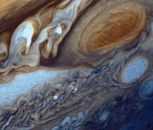 In januari en februari 1979 naderde de Voyager 1 van de NASA de planeet Jupiter. De Voyager maakte honderden foto's, waaronder deze close-up van de wolken rond de grote rode vlek van Jupiter. De afbeelding werd dit jaar samengesteld uit drie zwart-witnegatieven. © NASA/JPL