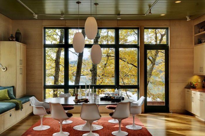 chaise tulipe blanche et grande table ovale, suspensions et tapis rouge