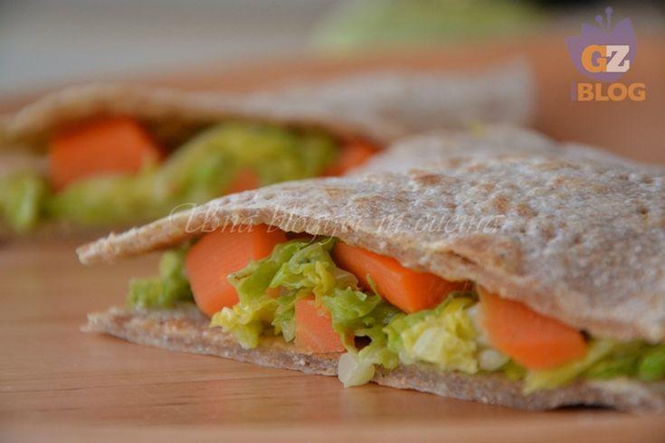 Piadina integrale con carote e verza, un salvacena gustoso e sano che si prepara in pochi minuti.
