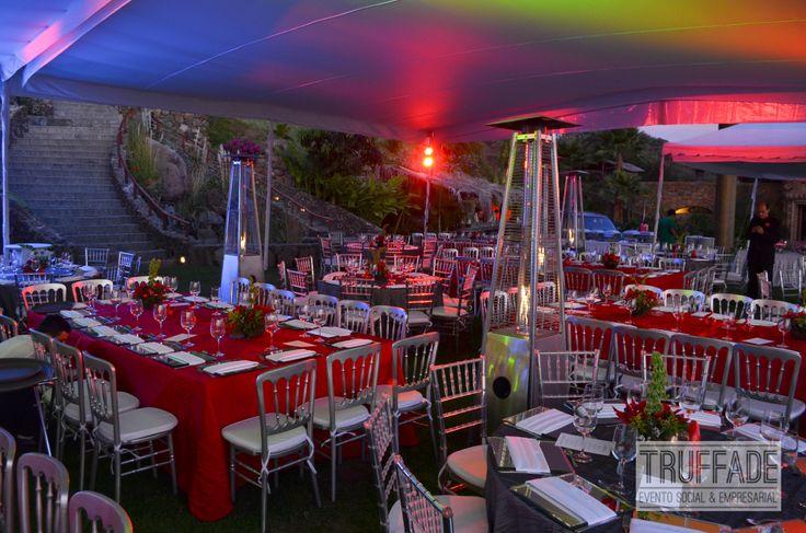 Iluminación arquitectónica... ideal para el ambiente de tu evento empresarial, le da personalización y toque cálido. Evento en Monte Coxala, de BerryMEX