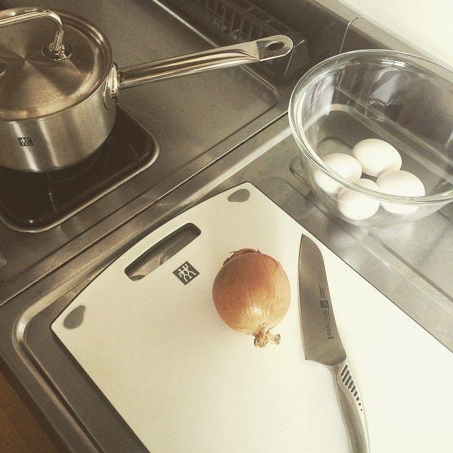 料理番組に憧れてゲットしたガラスのボウルと、新しいまな板もらった✨ #ricakoskitchen#お家ご飯#キッチン#寮#親子丼#ブランチ#料理#調理器具#まな板#鍋#包丁#ヘンケルス#henckels#zwillinghenckels#もこみちとお揃い#ぜひ双子のマークを…♊️♡