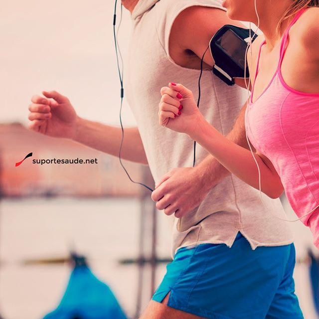 Técnicas para corrida  As técnicas para a corrida são muito importantes para potencializar o exercício. - A primeira dica é referente à postura, a indicação é que o olhar busque o horizonte. - Para avançar na corrida é preciso iniciar séries, pelo menos uma vez por semana, de aumento na intensidade. Realizar algumas séries (de 5 a 10 vezes) em que o praticante aumente o ritmo por 1 minuto e volte ao ritmo anterior por 1 minuto, pode ser muito interessante. - Em relação aos ombros a…