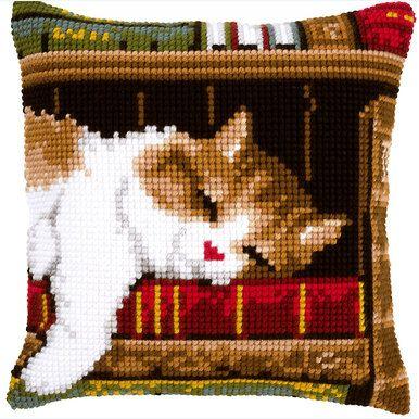"""""""Cat Sleeping on Bookshelf"""": kruissteekkussen om zelf te borduren op voorgeschilderd stramien"""