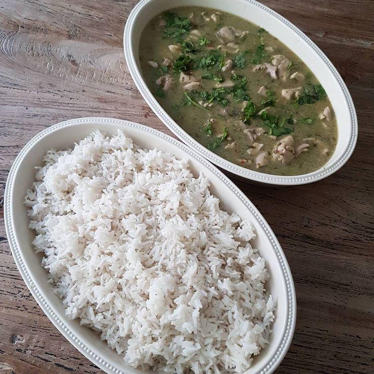 Homemade thai green curry... #homemade#fromscratch #homecooking #homecook #instacooking #thaifood #halal #halalmeat #chicken #currypaste #spicyfood #foodstagram #foodoftheday #diner #mealoftheday #foodphoto #foodpics #yummy #eat #tasty  #eatclean #instafoodie #instafood #thaicuisine #foodblogger #coconutcream #simplefood  Recept thaise groene curry met witte rijst  Ingredienten groene currypasta: - bosje thaise basilicum (verkrijgbaar bij een toko) - bosje thaise koriander (verkrijgbaar bij…