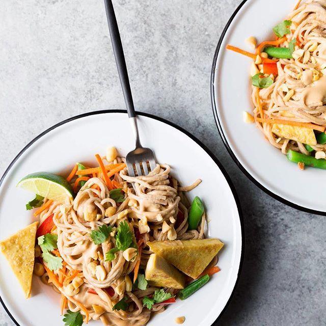 I've got a new post up on the blog for these Spicy Peanut Soba Noodles from @vegetarianventures gorgeous new cookbook, #VegHeartland.Link in my bio! ** Nouveau post! Nouilles soba épicées aux arachides et au tofu (c'est tout aussi délicieux sans tofu!), recette tirée du nouveau livre de @vegetarianventures, #VegHeartland. C'est sur le blogue!