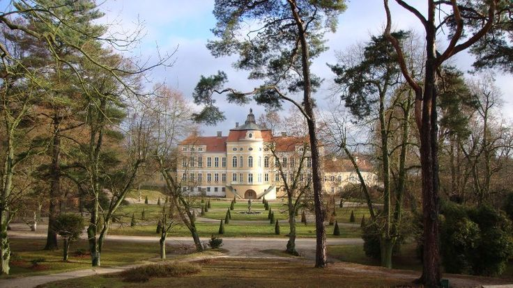 Rogalin państwa Raczyńskich Około 20 km na południe od Poznania rozciąga się malownicza wieś o wdzięcznej nazwie Rogalin. Sięgająca swoimi korzeniami początków XIII w. Usytuowana wśród pachnących, leśnych zakątków i opleciona przez malownicze starorzecza Warty. To właśnie tu na przełomie XVIII i XIX wieku Raczyńscy wznieśli swój pałac – barokowo – klasycystyczną budowlę, która do dziś zachwyca okolicznych mieszkańców i przyciąga podróżnych z całej Polski.