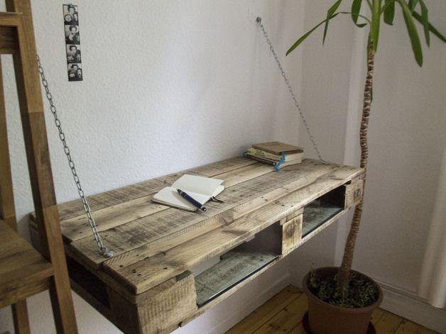 Dies ist ein Prototyp eines individuallisierbaren Schreibtisch aus Palettenholz.   Im Stil des upcyclings ist der Tisch aus mehreren benutzten Paletten gebaut. Der Schreibtisch hängt mit...