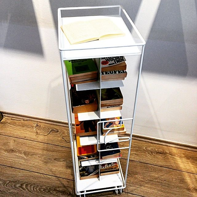 bordbar_outline is a filigree piece of steel furniture. It is a continuation of the well known airport trolley contours offering an array of new functions. Here you can see it as a bookcase. Available in white, green, red, yellow and black. #bordbar #bythom #airporttrolley #flugzeugtrolley #bookcase #bücherregal #reading #lesen #karmelitermarkt #bookshelf
