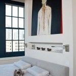 Półka wkomponowana w ścianę za łóżkiem