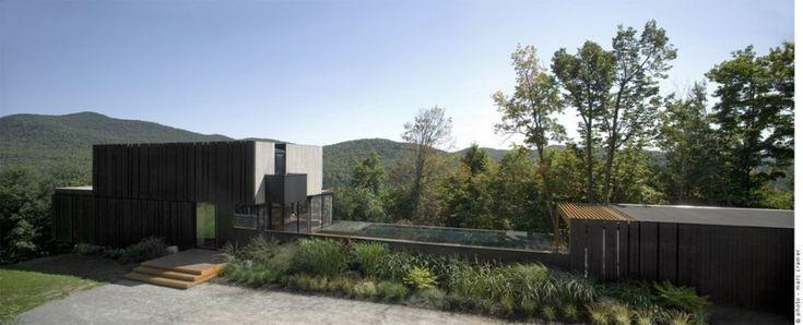 Conçue par la firme Saucier et Perrotte Architectes,cette magnifique maison se situe à environ une heure de Montréal. Isolée et construite au sommet d'une montagne dans la région des Laurentides, elle attire l'attention par son architecture particulière et par la superbe piscine qu'elle comprend. Les murs vitrés offrent une vue à couper le souffle sur …