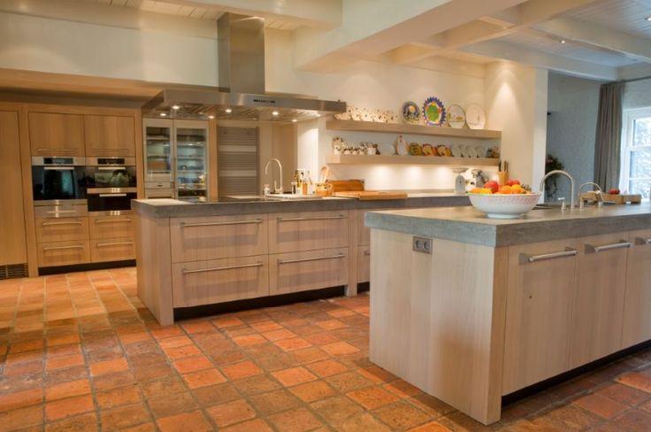 Maatwerk massief 3-laags eiken houten luxe keuken met betonnen aanrechtbladen - The Living Kitchen by Paul van de Kooi