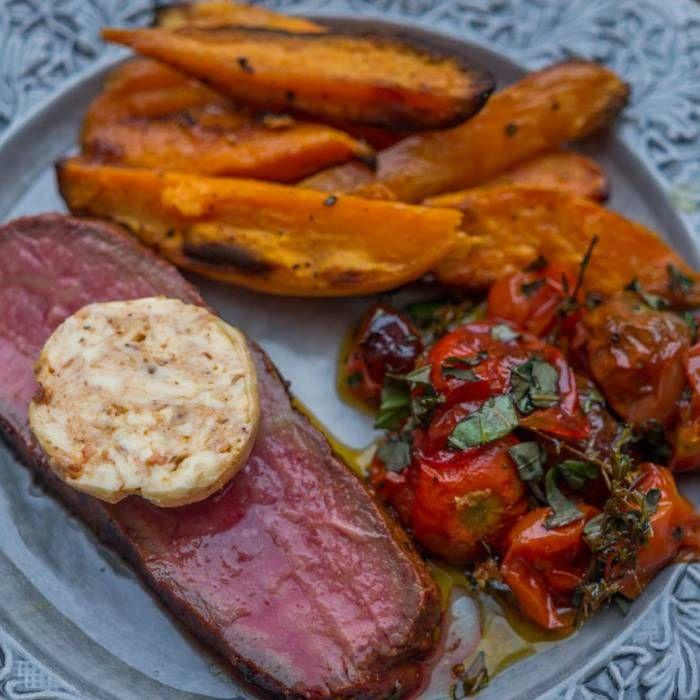 Helgrillad ryggbiff med ugnsbakade tomater och sötpotatis