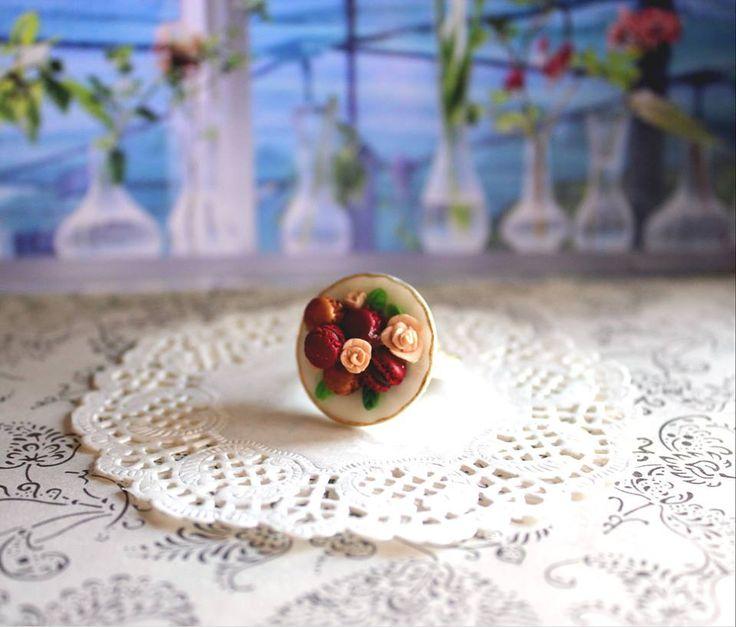 Anillo en fimo de macarrones franceses con rosas. Elegante, romántico y delicado.