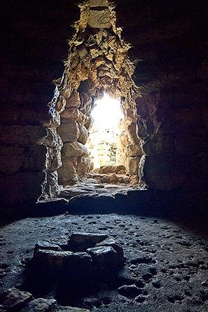 Nuraghe Alvu -Pozzomaggiore (SS) Il focolare illuminato dalla luce esterna