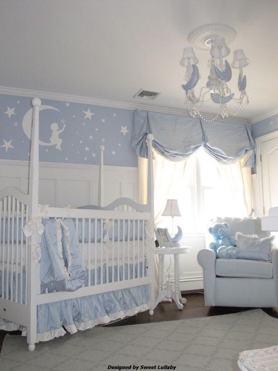 Quarto de bebê azul e branco.