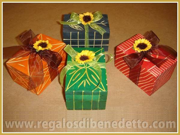 Cajas de madera artesanal con dibujos tallados y colores surtidos. #Detalles #Bodas #Wedding #Details