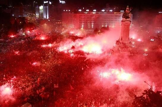 Photo of the Day: Roughly 500,000 people showed up to celebrate Benfica's first Portuguese Liga title since 2010 #Glorioso #33