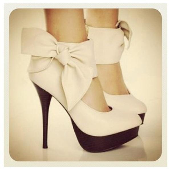 Loveeee: Cute Heels, White Bows, Bows Heels, Fashion Style, Wedding Shoes, Black White, Black Heels, High Heels, Big Bows