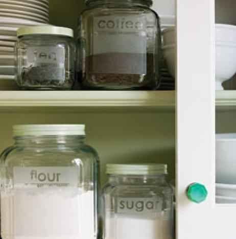 Potes de cozinha com nomes gravados
