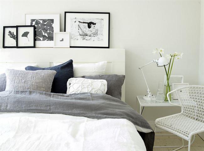 """Ljust & luftigt Sängen fick en ny sänggavel som också får fungera som tavelhylla. Huvudgaveln Brimnes är inköpt på Ikea. Tuschmålning till höger av Marias man konstnären J-O Nygren. Liten bild av illustratören Helena Davidsson-Neppelberg. Mönsterskissen med fyrklöver är förlagan till Marias tyg """"Lucky"""" som hon ritat för Almedahls. Sängkläder och överkast i linne, från Society/ NK inredning. Sidebord """"Tati"""" design Johan Riddersråle och Mats Broberg för Asplund. Sänglamp..."""