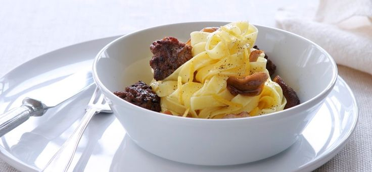 Sådan laver du oksekød med svampe og trøffelolie på pastabund. Klik her og søg blandt mere end 1000 lækre opskrifter.