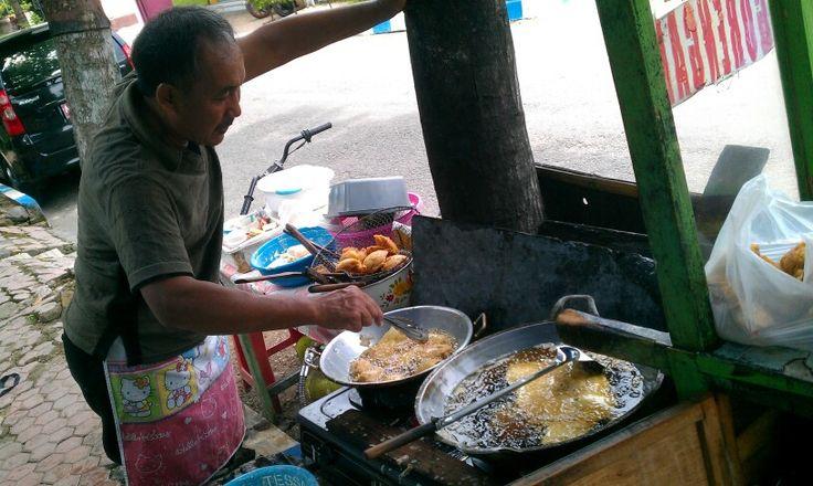 Bapak penjual gorengan lima ratus rupiah ... Di kotaku masih banyak yang murah...