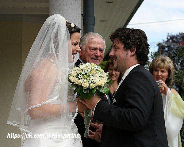 [ #свадебные_традиции@wedexpertnn   #wedexpertnn   Неделя Германии]  Свадебное торжество в Германии разделяется условно на две части: официальную и церковную. Официальная часть проходит в ЗАГСе, она лишена праздничных нарядов и проходит с небольшим количеством гостей