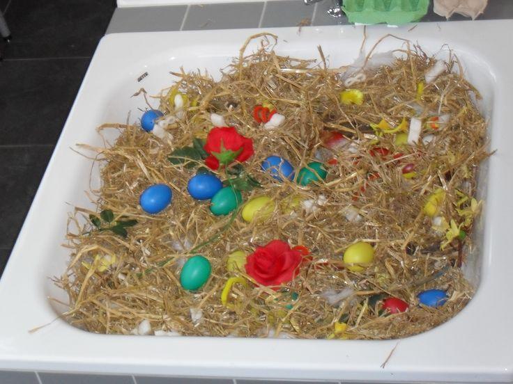 Sensomotoriek: ontdekbak tijdens de lente. Stro, eieren en bloemen. Een fleurig geheel bij KDV Haasje Over te Helmond