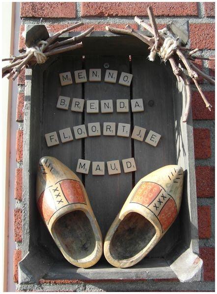 Je neemt een oud kistje, scrabble letters en een paar klompjes en je hebt een naambordje voor bij je voordeur!