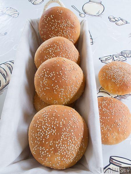 Deeg: 500 gram tarwebloem, 6 gram droge gist, 8 gram zout, 10 gram suiker, 25 gram zonnebloemolie, 50 gram ei (= 1 M ei),, 275 gram (volle) melk, 20 – 25 °C - http://www.broodbakshop.nl/blog/recepten/hamburgerbroodjes/#sthash.kSbkWVSe.dpuf