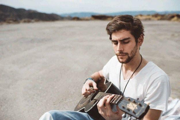 Alvaro Soler con la chitarra