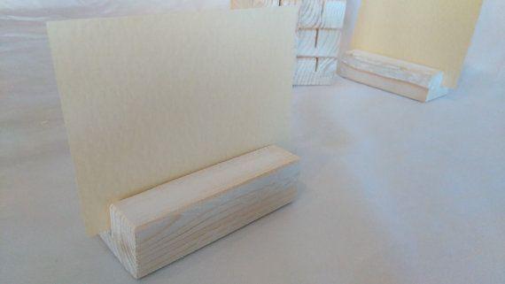 10 x INVECCHIATO EFFETTO LEGNO TABELLA NOME CARTA TITOLARI  titolari di carta di legno 10 x semplice, unico effetto invecchiato Per carta / luogo nome / matrimonio / partito / riunione / tavolo numero ecc.  Blocchi di legno reale, imbiancate a calce e levigato per dare un effetto invecchiato. 8cm lunghezza x altezza cm 3,5 cm profondo x 2 (carta detiene più di 8 cm).  Come mai-articoli saranno inviati stessi giorno quando possibile e sempre adeguatamente imballato &#x...