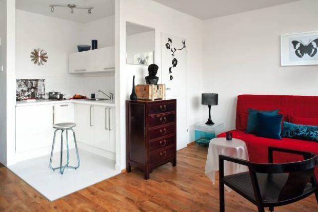 Mieszkanie. Dzięki przeniesieniu wejścia do łazienki do pokoju w malutkiej kuchni można było zabudować szafkami dwie ściany. Chociaż nie ma tu zbyt wiele miejsca, w jednej z szafek udało się ukryć pralkę.