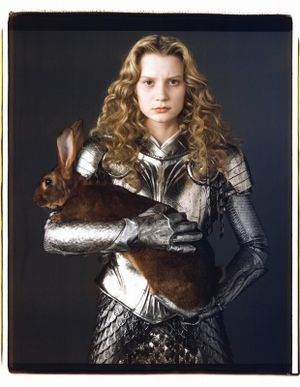 映画『アリス・インワンダーランド』では勇敢な甲冑姿も印象的。ミア・ワシコウスカ