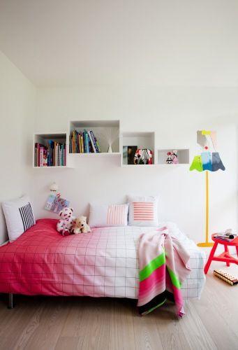 Fire kule barnerom - Bo-Bedre.no. Sengen er fra Ikea og hyllene fra Muuto. Putene er designet av Sofias mor, mens teppe og sengetøy er fra Hay. Den neonfargede krakken er fra danske Neon.