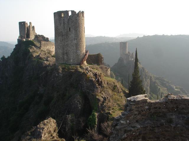 Château de Lastours - Verrou du Cabardès depuis le haut Moyen-Age, le site de Lastours constitue un ensemble exceptionnel avec ses quatre châteaux édifiés à 300 mètres d'altitude, au sommet d'un éperon rocheux. Cabaret, Surdespine, Quertinheux et Tour Régine dominent le cours de l'Orbiel et le torrent du Grézilhou, profondément encaissés dans la vallée.