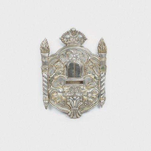 Tass argintat, decorat cu lei, începutul sec. XX Atelier Argentor, Viena alamă argintată, 32 x 23 cm Preţ de pornire: € 200