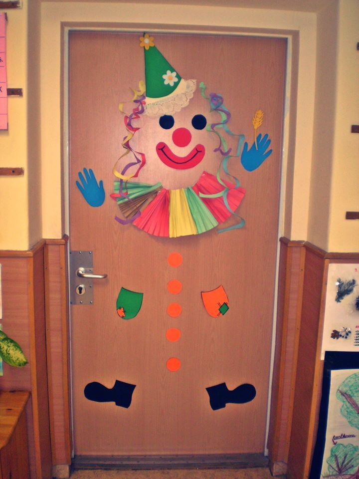 Pi di 25 fantastiche idee su decorazione di porte di for Porte decorate scuola