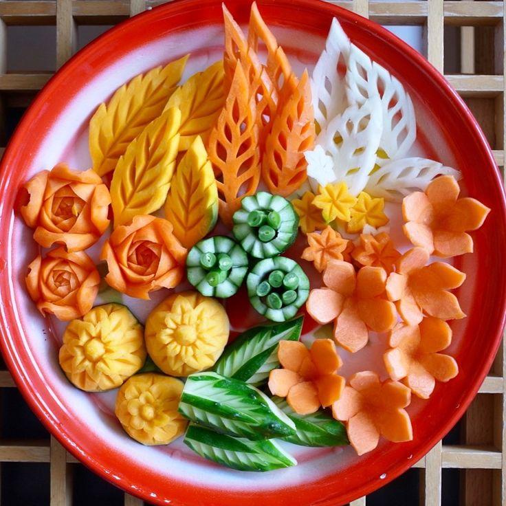ナムプリックの付け合わせ野菜今月の上級本格タイ料理レ教室では簡単な野菜カービングを2種類ご紹介します . ผักจิ้มน้ำพริกค่าาาา ดีงามและน่าทานมาก . . #タイ料理 #タイ料理教室 #カービング教室 #カービング  #野菜アート #野菜ディップ #美しい #タイ料理レッスン #タイ料理大好き #野菜 #クッキング #クッキングラム #フードスタイリング #フードコーディネート #カービングスクール #人参 #かぼちゃ #きゅうり #花 #お稽古 #foodstyling #salad #carving #vegetables  #foodart #sirikitchen #art #cookingschool #carvingschool #flowers