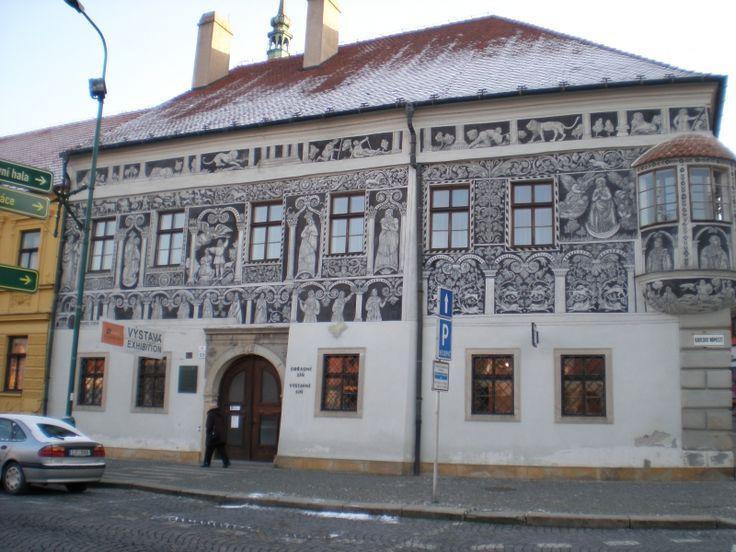 Galerie - Malovaný dům, Třebíč | Portál kulturního a přírodního dědictví Kraje Vysočina. Malovaný dům postavil koncem 16. století benátský kupec Francesco Calligardi a sloužil také jako obchod s koloniálním zbožím. Fasáda domu je bohatě zdobena figurálním sgrafitem.