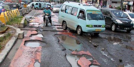 Musim hujan sudah tiba. Hati-hati banjir dan jalan berlubang yang bisa memperlambat perjalanan Anda. Simak cara lintasi jalan berlubang di musim hujan dengan aman dan nyaman di sini!