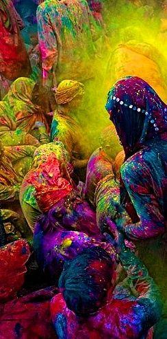 Holi Festival, India À l'origine,  Holi était la dernière occasion de s'amuser avant la dure période de plantations. La fête était célébrée depuis la nuit des temps en Inde du Nord. À la pleine lune, c'est la fête du printemps et de la fertilité, mais aussi un subtil mélange d'hindouisme et de représentations animistes.