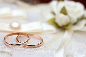 昔は石のないシンプルなデザインが主流でしたが最近はダイヤのついた結婚指輪が流行しています。今回はそのメリット・デメリットについて迫って紹介しています。「結婚指輪ランキング~人気ブランド2016~」。